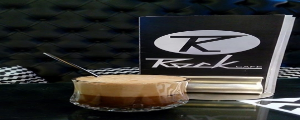 «Rock Cafe Nafpaktos» σερβίρει: πρωινό, γεύμα, καφέ και ποτά