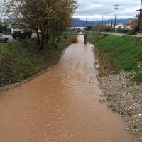 """Κατεβάζει νερό ο ποταμός Σκας στη Ναύπακτο και """"κλείνει""""  ο δρόμος ..."""